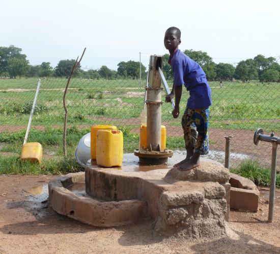 Brunnen mit Handpumpe