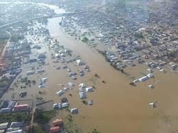 Überflutung im Delta des Benué nach Öffnen eines Stausees am Oberlauf